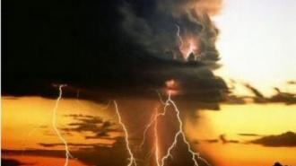 МЧС: в Петербурге ожидается гроза и штормовой ветер