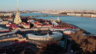 Военнослужащие продезинфицируют стены Петропавловской крепости