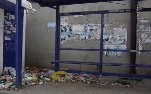 На ул. Жени Егоровой остановка завалена мусором