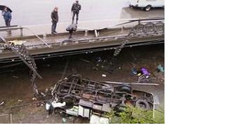 Авария на трассе «Дон» – водитель КАМАЗа снёс поднятым кузовом наземный переход и погиб
