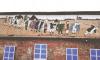 """В Павловске художники закрасили античные рисунки на здании и нарисовали """"Притчу о слепых"""" Брейгеля"""