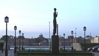 Памятник Ахматовой засветился накануне Дня Победы