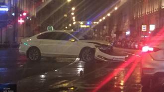 На перекрестке Невского и Садовой белая иномарка потеряла бампер