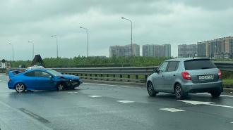 Синий спорткар разбился на Пулковском шоссе