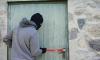Пожилого петербуржца заставили смотреть на ограбление собственной квартиры