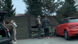 """В Озерках красная """"Ауди"""" впечатала велосипедиста в забор"""