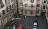 С фасада дома на улице Куйбышева на тротуар упал кусок лепнины
