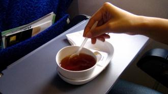 Ребенок облился чаем в самолете и получил сильные ожоги