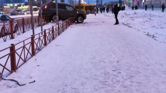 """Nissan повис на двух оградах у станции метро """"Парнас"""""""