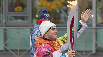 На эстафете Олимпийского огня ОМОН отбивал Кержакова от толпы