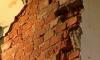 В Приморском районе Петербурга рабочего раздавила рухнувшая стена