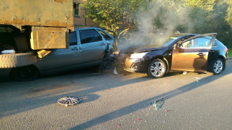 """В тройном ДТП на Науки водитель """"Шевроле"""" разбил нос своей пассажирке и двум машинам"""