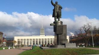 Вандалы осквернили памятник Ленину у Финляндского вокзала в Петербурге