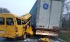 В Волгограде маршрутка с пассажирами протаранила стоящий грузовик