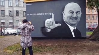 Петербуржец потребовал закрасить граффити с Черчесовым