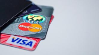 В Кремле не исключили, что Россию могут отключить от Visa и MasterCard