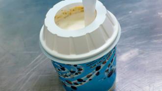 """В петербургском """"Макдоналдсе"""" стартовал проект по отказу от пластиковых крышек для мороженого"""