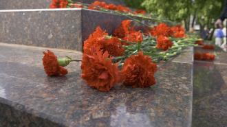 Петербуржцы возложили цветы к монументу «Героическим защитникам Ленинграда»