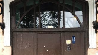 Старинную дверь в парадной доходного дома Пека заменили на новую
