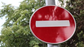 """В Петроградском районе дорожные рабочие разбили стекло водителю, не заметившему знак """"кирпич"""""""