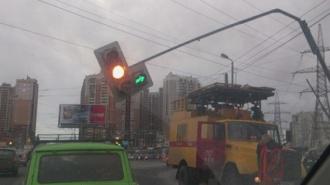 Из-за сильного ветра на проспекте Испытателей упал светофор