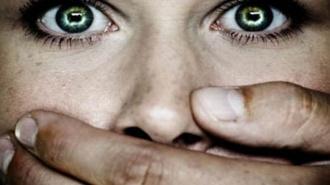 Полицейский изнасиловал в душе 9-летнюю сестру своей возлюбленной