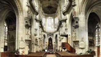 Вандалы исписали собор во французском Нанте противоречивыми надписями