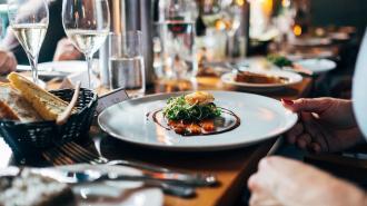 Еда в ресторанах Петербурга подорожает примерно на 20%