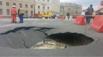 На Дворцовой площади провалился асфальт