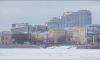 На Свердловской набережной очищают воду от очередного нефтяного пятна