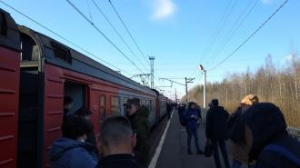 Пассажиры сообщили о задержке электричек в Петербург с Приозерского направления
