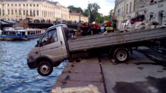 """""""Газель"""" пробила ограждение и зависла над Мойкой в Петербурге"""