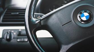 Дерзкий мажор на BMW X6 переехал и сломал ногу полицейскому в Петербурге