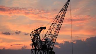 В Кировском районе с высоты сорвался специалист по ремонту портовых кранов