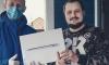 Волонтеры в масках и перчатках вручают призы победителям конкурса  #ЛенинградскийДомосед