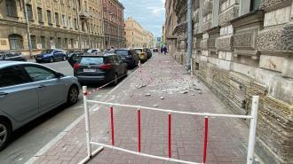 В Петербурге упала лепнина с фасада дома на Рылеева