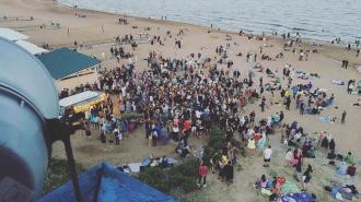 Петербуржцы устроили массовую вечеринку у Финского залива