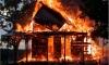 На окраине Петербурга горит дом