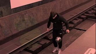 """Петербуржец решил поиграть с мячом на путях на станции метро """"Звенигородская"""""""