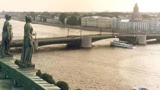 Речной трамвай врезался в Дворцовый мост