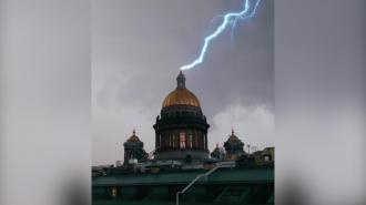 Петербуржец заснял, как молния ударила в Исаакиевский собор