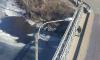 По Шкиперскому каналу двое паренй плывут на льдине