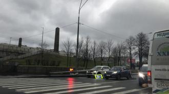 Светофор из-за сильного ветра упал на машины у Володарского моста