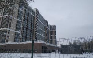 Бесплатная парковка, платная стоянка или сквер. Арендованный участок на Октябрьской набережной простаивает за забором пятый месяц