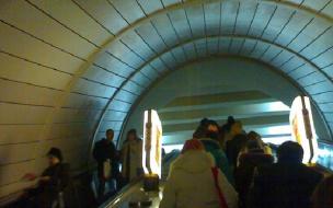 Пассажир московского метро столкнул пенсионерку с эскалатора
