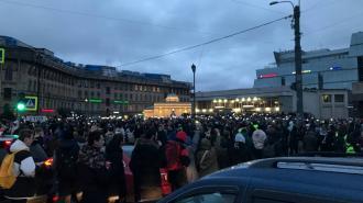 На Сенной площади протестующие включили фонарики на своих смартфонах