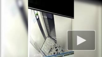 В Барнауле на ребенка едва не обрушилось зеркало в лифте
