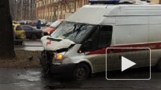 Скорая помощь вылетела на тротуар и сбила пешехода на Белоостровской