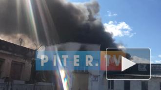 Видео: горит автосервис на Хрустальной улице