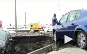 Автомобиль в яме с кипятком: очередной прорыв на Маршала Казакова, 40